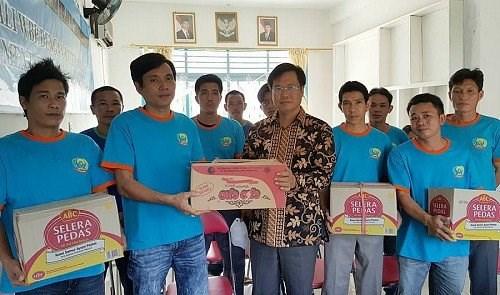 Indonesia returns 51 Vietnamese fishermen hinh anh 1