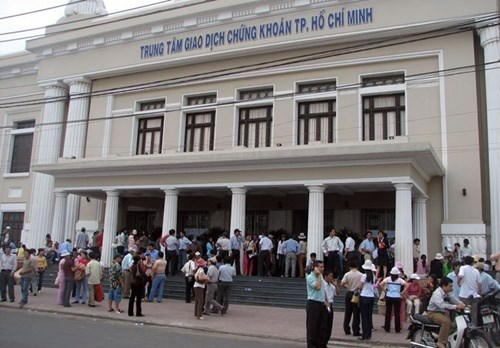 Large-cap stocks pull market down hinh anh 1