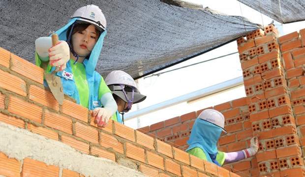 International volunteers build houses for the poor in Phu Tho hinh anh 1