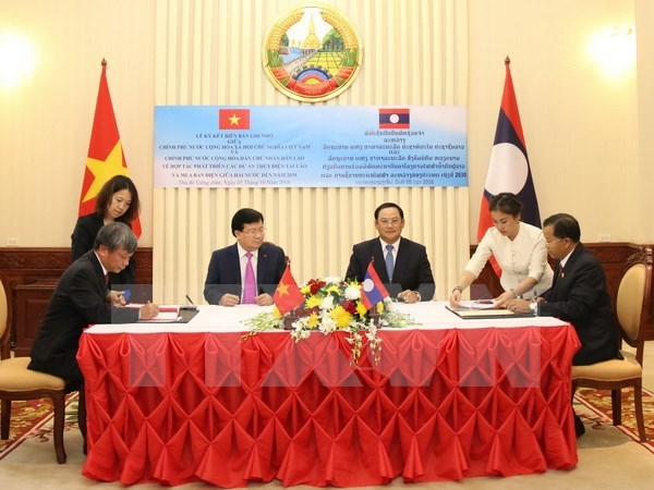 Vietnam, Laos pledge to give highest priority to bilateral ties hinh anh 1