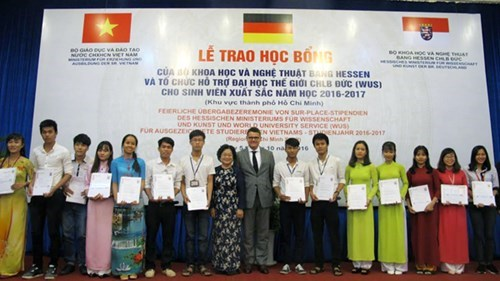 More students receive German state's scholarships hinh anh 1