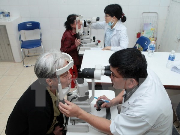 Vietnam offers eye check-ups to Cambodian people hinh anh 1