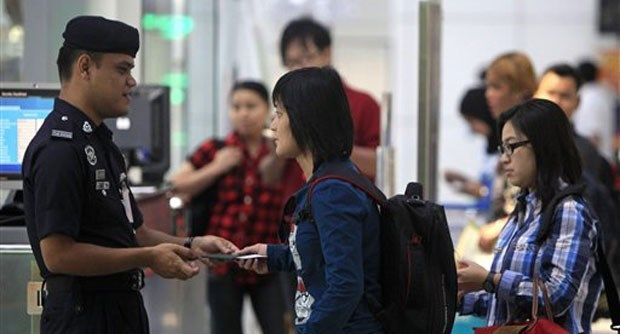 Malaysia: two men behind passport scam detained hinh anh 1
