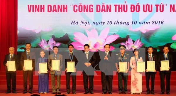 Hanoi honours outstanding locals hinh anh 1