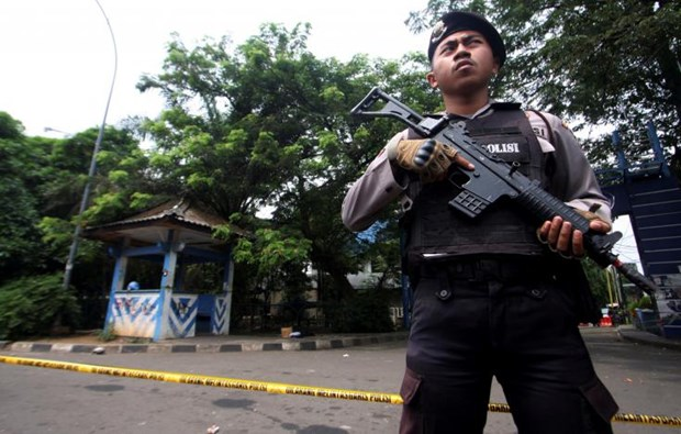 Indonesia: Suspected IS-linked supporter attacks policemen hinh anh 1