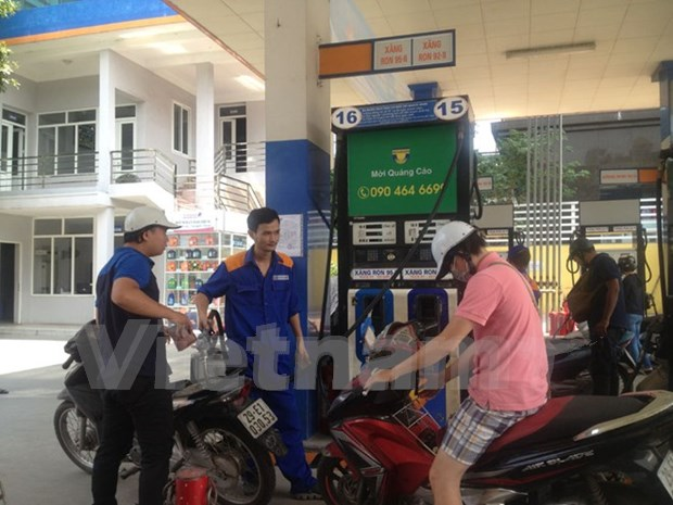 Petrol prices inch up over 400 VND per litre hinh anh 1