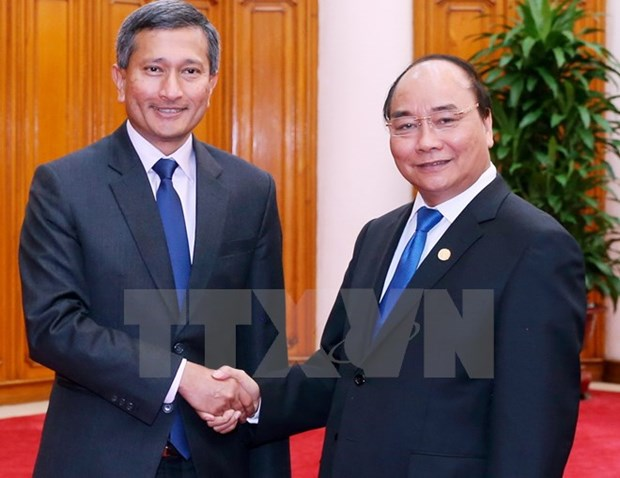 PM pledges all possible support for Singaporean investors hinh anh 1