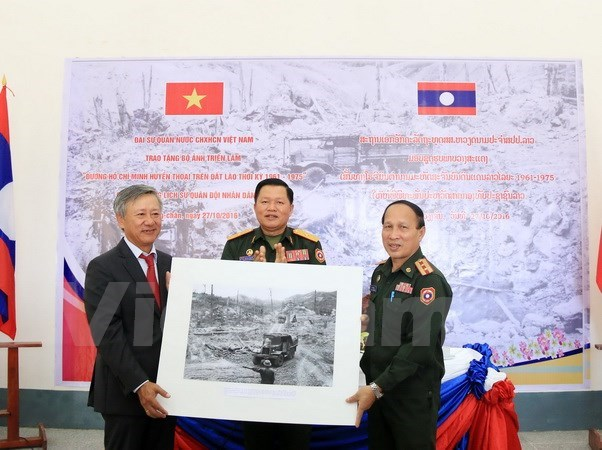 Nearly 100 photos, maps handed over to Lao museum hinh anh 1