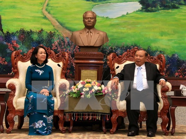 Vietnam, Laos Parties step up theoretical information exchanges hinh anh 1