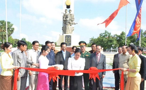 Monument to Vietnamese volunteer soldiers inaugurated in Phnom Penh hinh anh 1