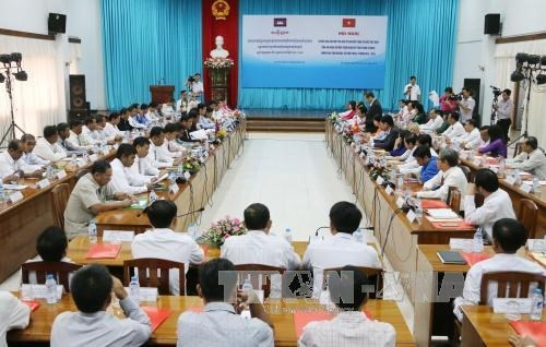 Vietnamese, Cambodian provinces boost exchanges hinh anh 1
