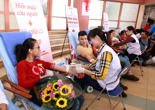 Campaign held to deal with blood shortage at year's end hinh anh 1