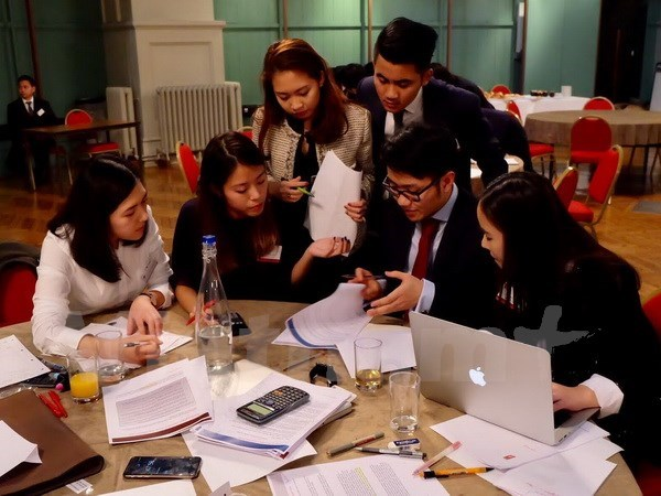 Vietnamese students in UK join business strategy competition hinh anh 1