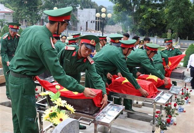 Dien Bien holds burial service for remains of fallen soldiers in Laos hinh anh 1