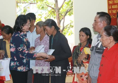 Vice President presents gifts to policy beneficiaries in Dak Nong hinh anh 1