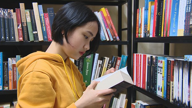 """""""Bookworm"""" attracts English-language book lovers hinh anh 4"""