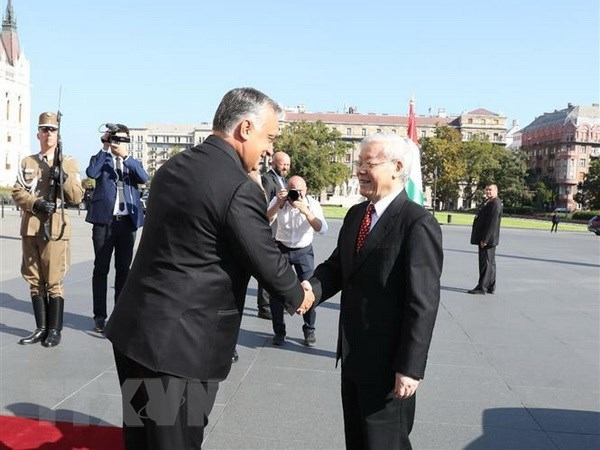Hungarian PM wishes to boost multi-faceted cooperation with Vietnam hinh anh 1