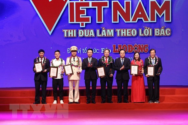 """Health sector honoured at """"Vietnam Glory"""" programme hinh anh 3"""