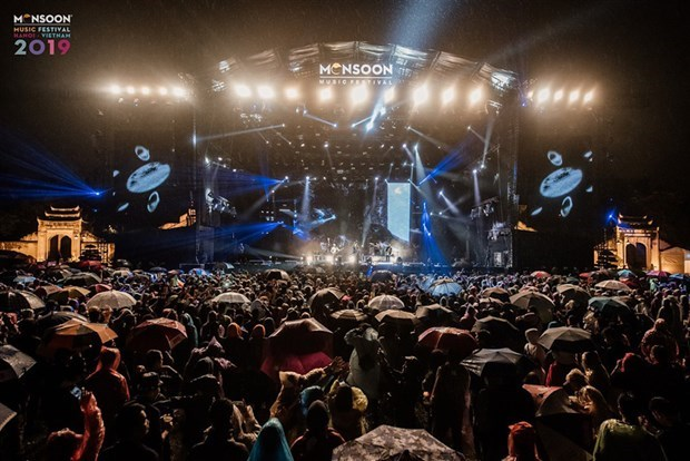Thousands fans brave rain and cold for 2019 Monsoon Music Festival hinh anh 2