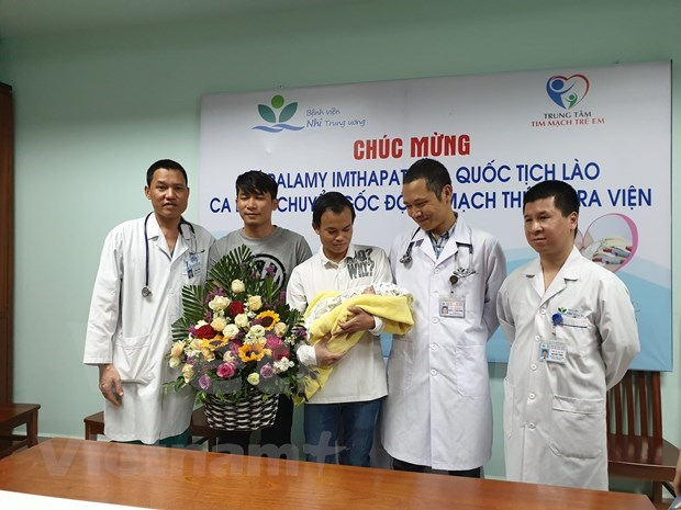 Lao newborn given complicated cardiac surgery by Vietnamese doctors hinh anh 2