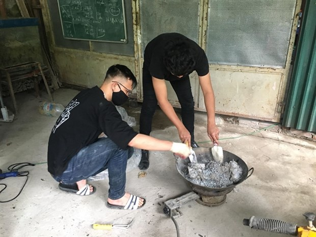 Students turn discarded plastic bags into bricks hinh anh 1