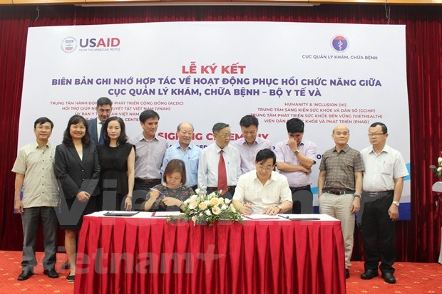 Health ministry partners with eight NGOs in improving rehabilitative services hinh anh 1