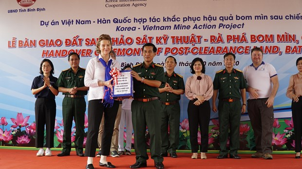Mine-free land new home to farmers from flood-prone areas in Binh Dinh hinh anh 1