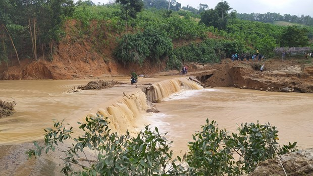 Rescue operations underway for landslide victims in Quang Nam hinh anh 1