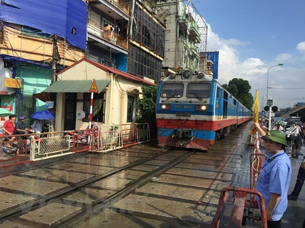 Expired carriages, locomotives put burden on domestic railway sector hinh anh 2