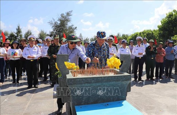 General Vo Nguyen Giap statue a pride of Truong Sa people and soldiers hinh anh 3