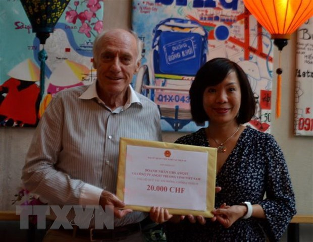 Vietnam Embassy in Switzerland raises over 32,500 CHF for COVID-19 fund at home hinh anh 1