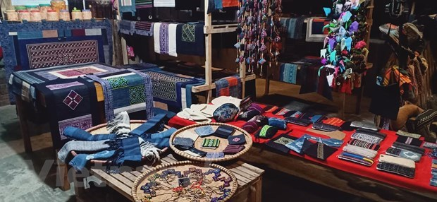 Brocade weavingcraft helps Mong people escape from poverty hinh anh 2