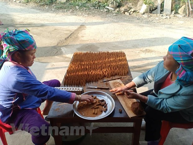 Brocade weavingcraft helps Mong people escape from poverty hinh anh 4