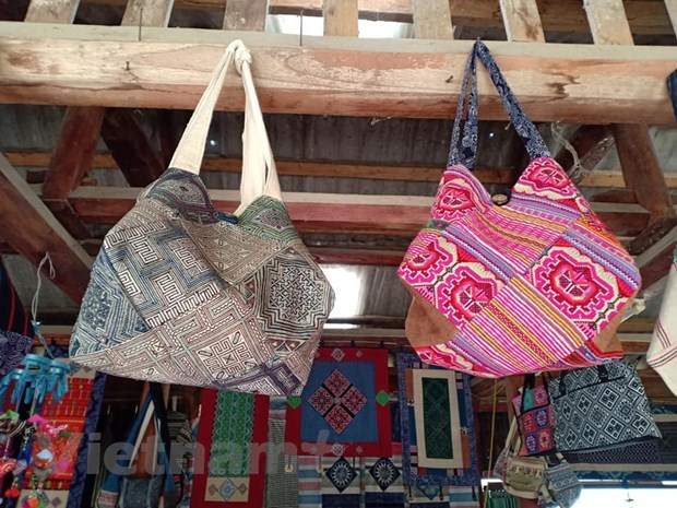 Brocade weavingcraft helps Mong people escape from poverty hinh anh 3