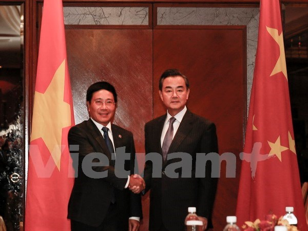 Vietnam, China FMs meet on sidelines of AMM 48 hinh anh 1
