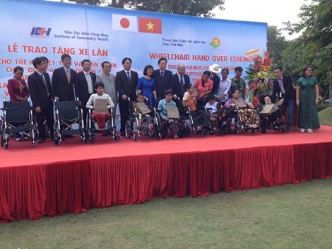 Former Japanese PM presents wheelchairs to AO victims hinh anh 1