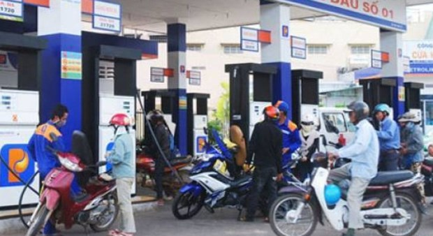 Petrol prices drop to 16,405 VND per litre hinh anh 1
