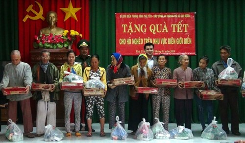 Charity events ensure warm Tet for needy people hinh anh 1