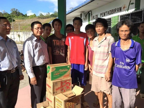 Embassy brings detained fishermen home from Malaysia hinh anh 1