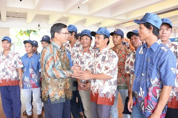Detained Vietnamese fishermen return home from Indonesia hinh anh 1