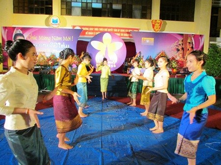 Lao students enjoy traditional New Year in Dien Bien hinh anh 1
