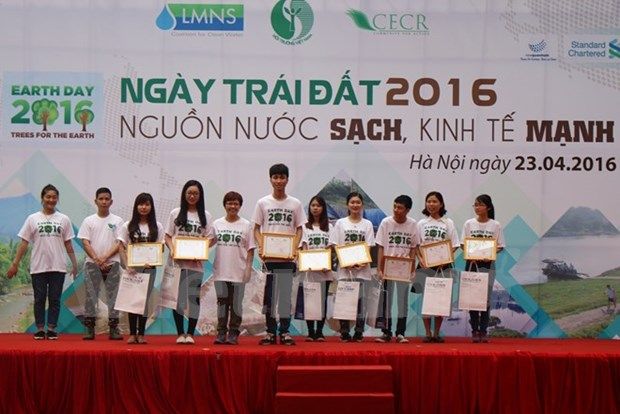 Capital responds to Earth Day 2016 hinh anh 1