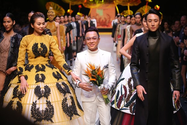 Domestic designers storm Vietnam International Fashion Week hinh anh 1