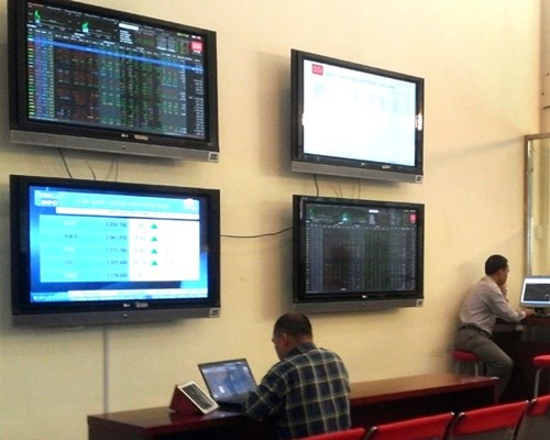 Bank stocks help boost VN-Index hinh anh 1