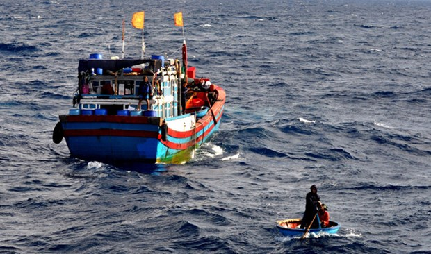 Vietnam boats save foreigners at sea hinh anh 1