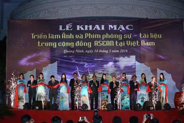 Photo, film exhibition on ASEAN Community opened in Quang Ninh hinh anh 1