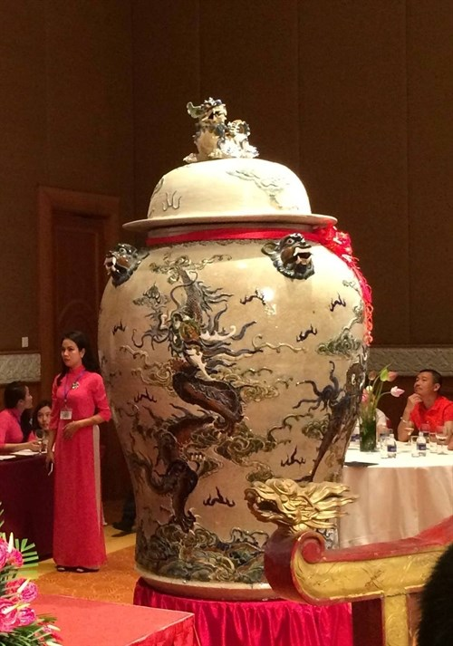 Giant jars snapped up with high bid of 275,000 USD hinh anh 1