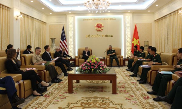 US boosts defence ties with Vietnam hinh anh 1
