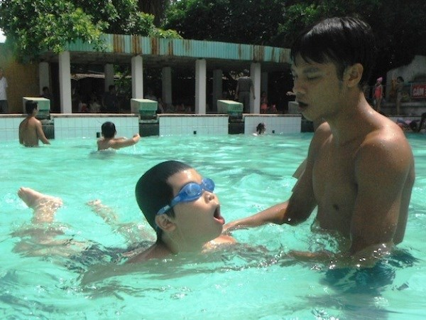 Teachers, children in Vinh Long taught swimming skills hinh anh 1