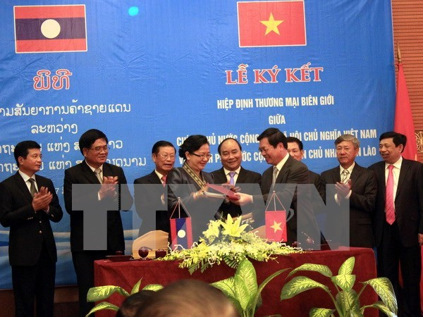 Agreements facilitate Vietnam-Laos trade hinh anh 1
